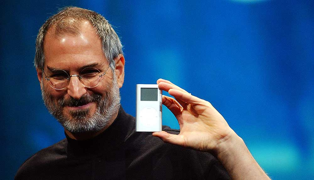 steve jobs holding ipod